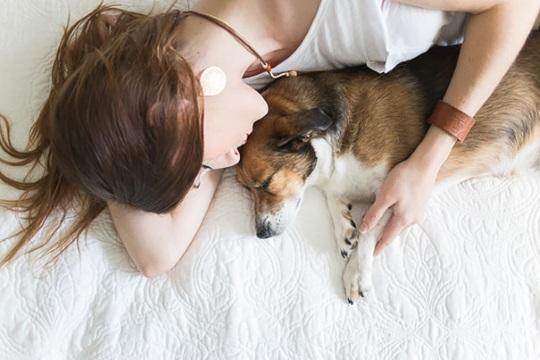 Couple does Newborn Photoshoot with dog (8)