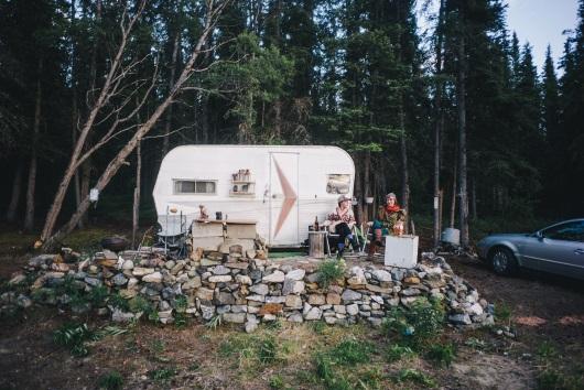 Vriende wat hulle gemaak het in Alaska