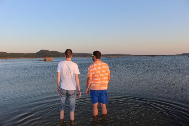 Ons neem die uitsig in oor een van die lakes